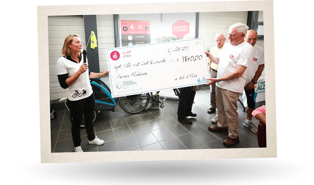 Le defi d'alois remet un cheque de 7840 euros à France Alzheimer